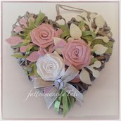 Cuore di vimini con tre rose di lino bianco e rosa