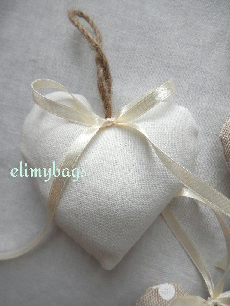Bomboniere bianche di stoffa a forma di cuore da appendere in stile country ♡