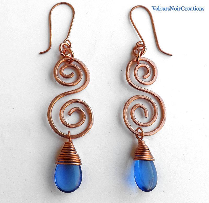 Orecchini spirali in rame e gocce in vetro ceco blu