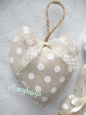 Bomboniere beige a pois bianchi di stoffa a forma di cuore da appendere in stile country ♡
