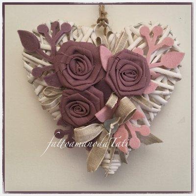 Cuore in vimini con rose di lino color lavanda