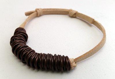 Bracciale in cuoio e anelli bronzo