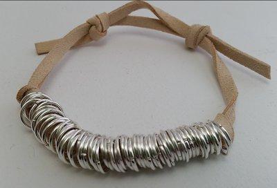 Bracciale in cuoio e anelli argentati