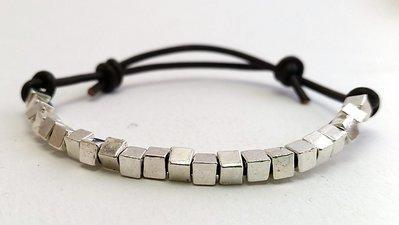 Bracciale in cuoio e perle cubiche argento