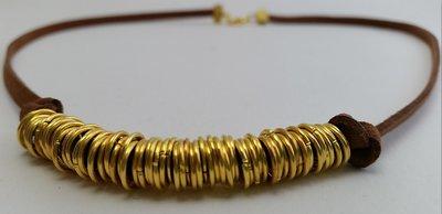 Girocollo in cuoio e anelli dorati