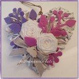 Cuore di vimini con due rose di lino bianco