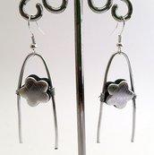 Orecchini pendenti in metallo argentato battuto