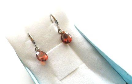 Orecchini con monachella in metallo e goccia cristallo color rosso idea regalo per lei
