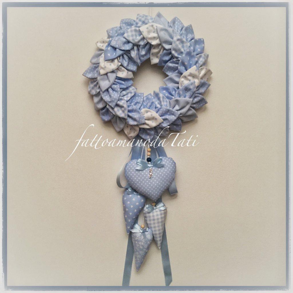 Corona/fiocco nascita petaloso sui toni dell'azzurro con cuori allungati