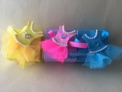 Scatolina porta-confetti quadrata in cartone rigido colorata con sopra  un tutù- spilla o fermacapelli