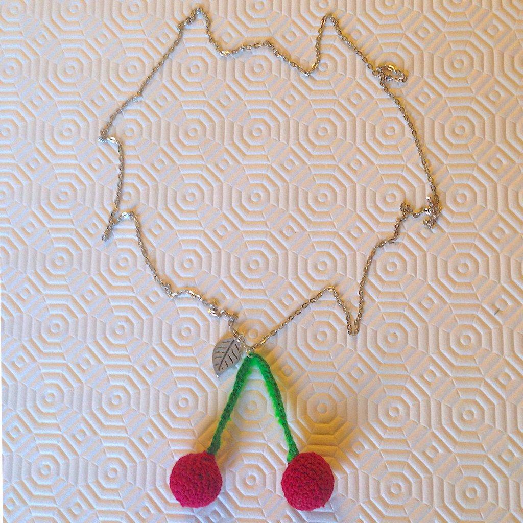 Collana lunga con ciliegie rosse amigurumi fatte a mano all'uncinetto, con fogliolina argentata
