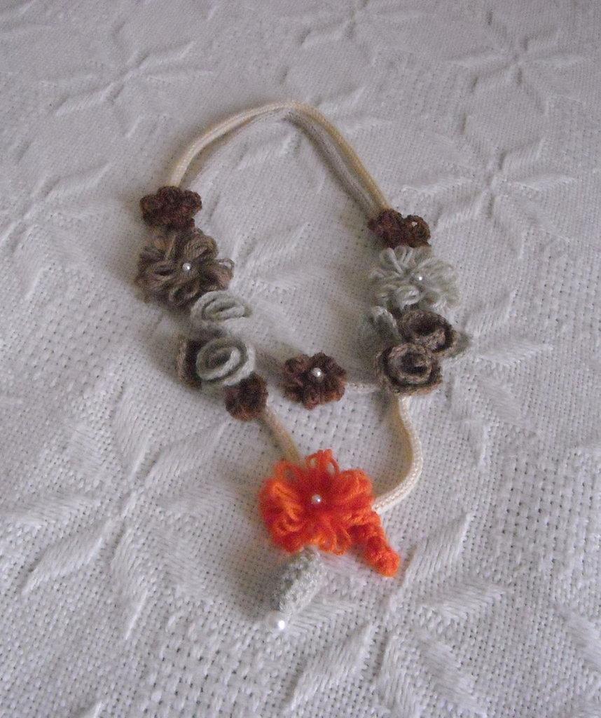 Elegante e ricca COLLANA in maglia tubolare 2 fili beige con fiori grigio-marrone-arancione a telaio e all'uncinetto.Foglie,rose,elemento a goccia e perle.
