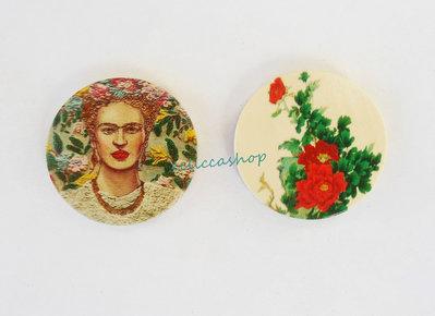 Medaglione ciondolo  in legno raffigurante Frida Kahlo 35 mm 1pz
