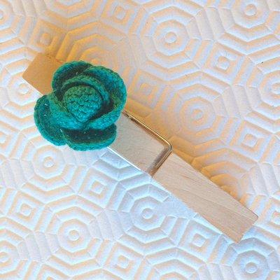Molletta chiudipacco in legno con piccolo cavolo amigurumi fatto a mano all'uncinetto, accessorio per la cucina