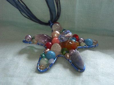 """Ciondolo """"stella marina"""" con filo metallico e pietre multicolore"""