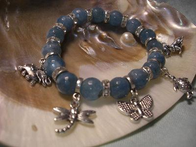 Bracciale elastico con pietre azzurre e ciondoli
