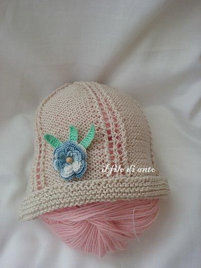 Cappello in cotone con fiore azzurro e foglie verdi