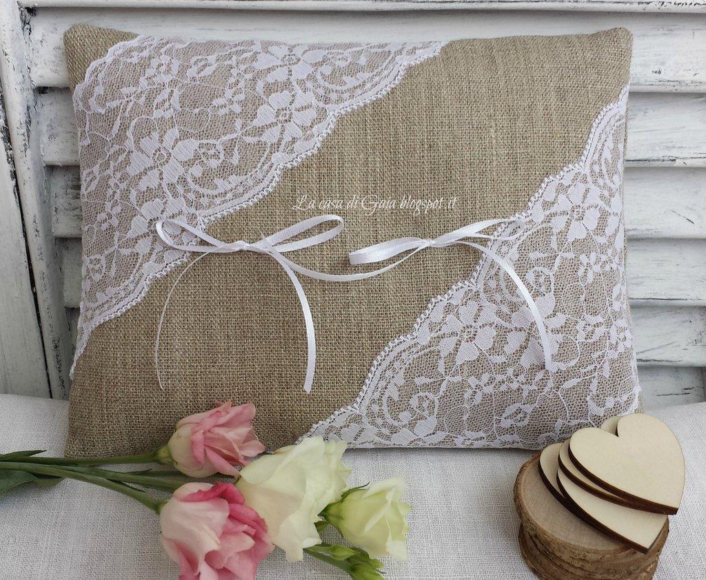 Cuscino porta fedi in lino grezzo, pizzo valencienne e cuore o tondello in legno con iniziali