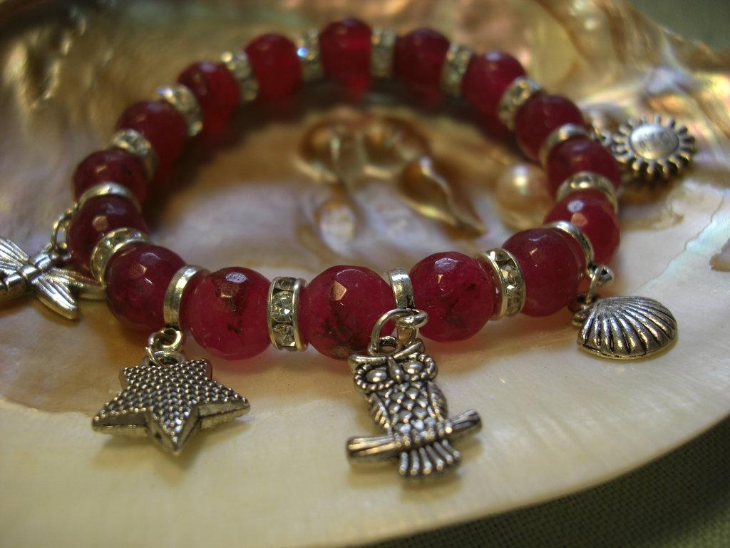 Bracciale elastico con pietre color rubino e ciondoli