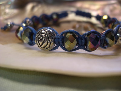 Bracciale macramè con cristalli e rose in metallo