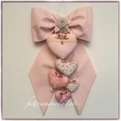 Fiocco nascita in cotone rosa pallido con piccoli pois e 5 cuori sui toni del rosa e beige