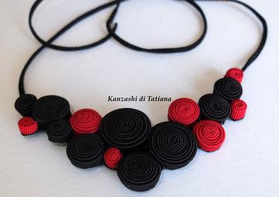 Collana di tessuto fatta a mano rosso e nero