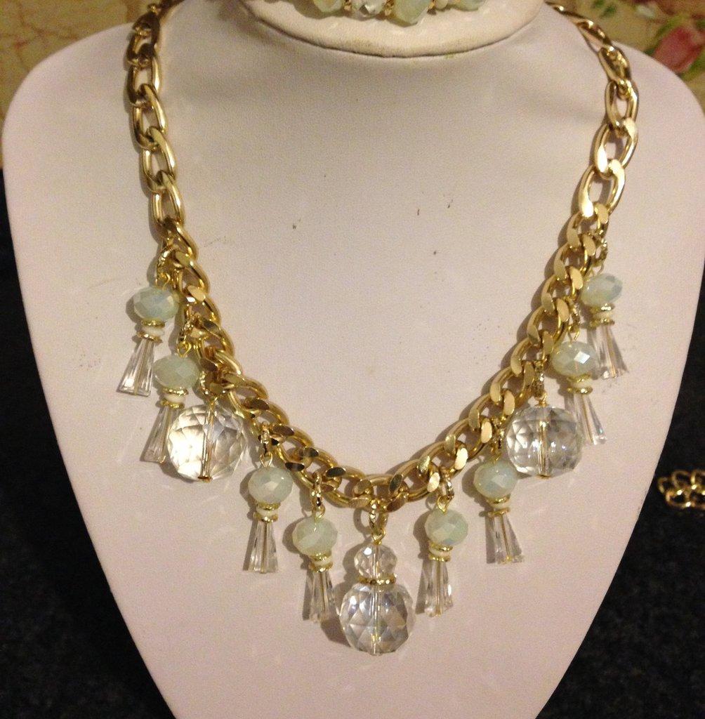 Collana con cristalli trasparenti e bianchi