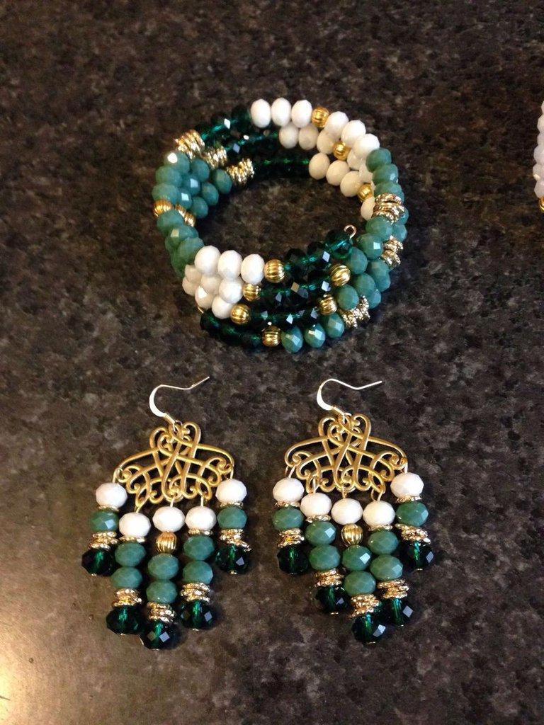 Bracciale e orecchini con cristalli verdi