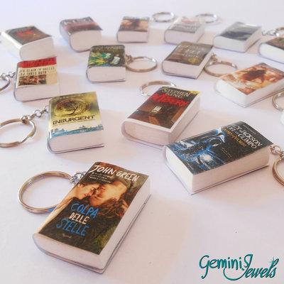 Portachiavi miniatura libro con copertina plastificata