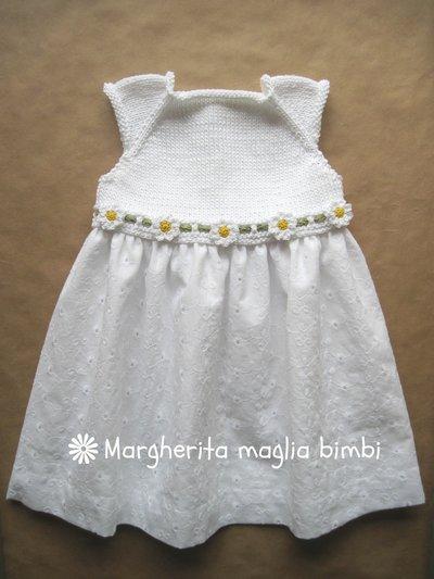 Abito baby primavera in cotone sangallo bianco con corpetto a maglia e margherite