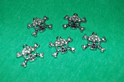 n. 5 charm ciondoli per bracciali collane orecchini teschio  brillante vintage