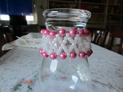 bracciale bianco e rosa con intreccio