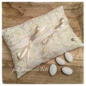 Cuscino per fedi in lino bianco con pizzo vintage su tulle