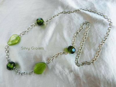 Collana di catena e perle verdi