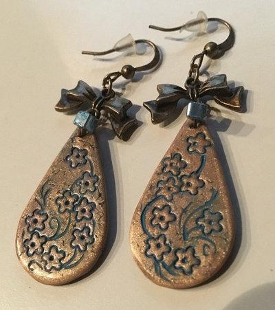 orecchini pendenti a goccia oro con incisione di fiori blu e fiocco in bronzo fatti a mano