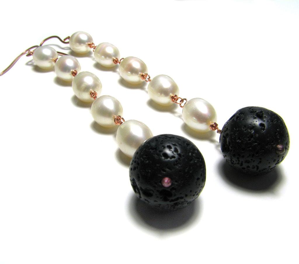 Ordine personalizzato - Orecchini lunghi con perle di fiume e pietra di lava