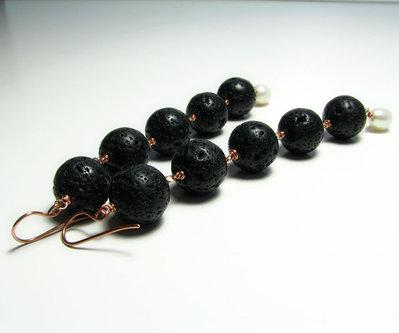 Orecchini lunghi con pietra di lava e perle di fiume