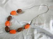 Collana con perle di legno marrone e arancio