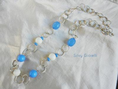 Collana con catena, perle azzurre e bianche