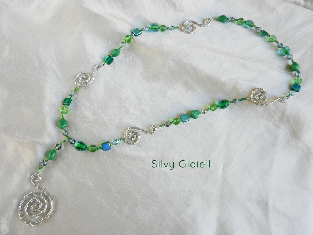 Collana con perline verdi e dettagli wire
