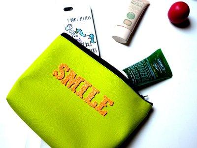"""Pochette in ecopelle verde con scritta """"SMILE"""""""