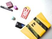Pochette in ecopelle gialla con decori militari personalizzabile