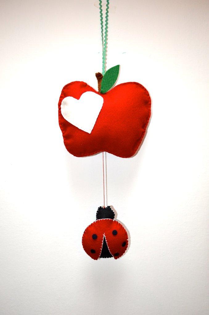 Giostrina da parete con mela e coccinella