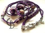 collana lunga viola, lilla, rosa e beige, murrine Klimt, perle tonde e a tubi, nastrino in alcantara, fermaperle filo argento, chiusura elegante