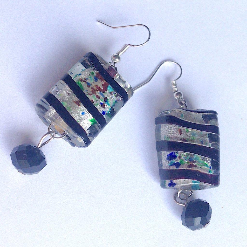 Orecchini pendenti con perline sfaccettate nere e  perle rettangolari argentate e colorate, fatti a mano