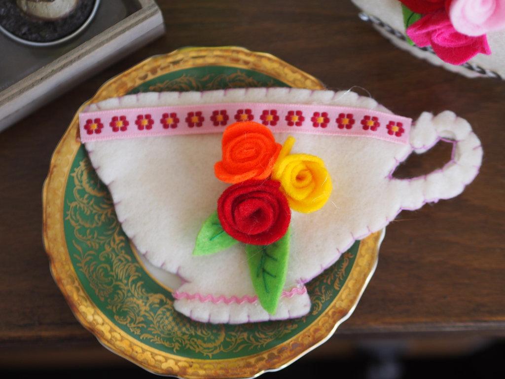 SPILLA in feltro:TAZZA da the con rose e foglie,passamaneria.Ricamata a mano.Accessorio,bomboniera
