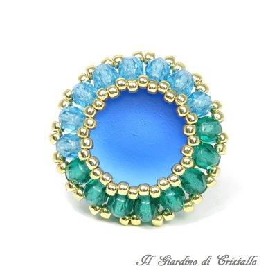 Anello con luminoso cabochon Luna Soft blu mezzi cristalli verdi e azzurri fatto a mano - Geranio