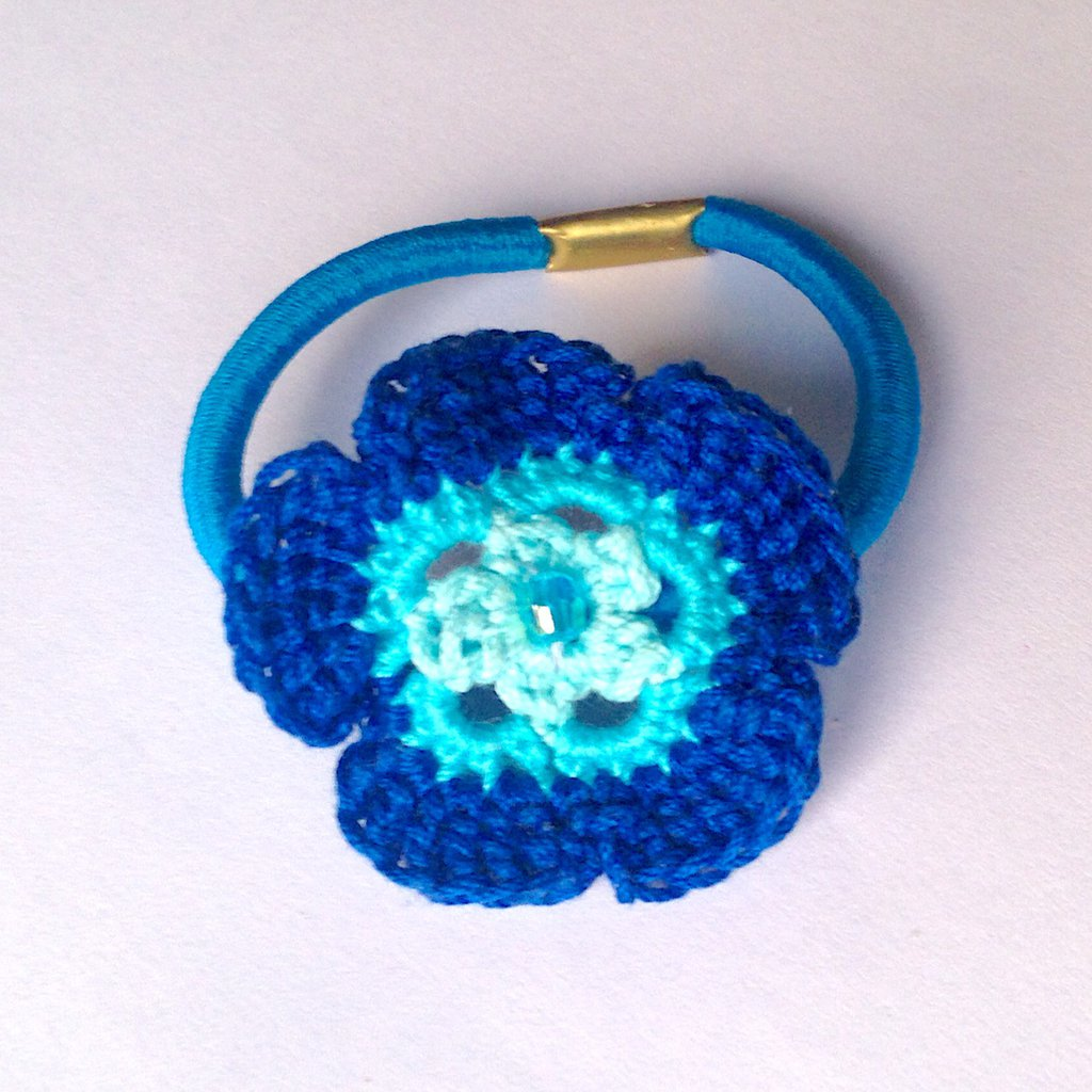Elastico per capelli con fiore azzurro e blu fatto a mano all'uncinetto con perlina centrale
