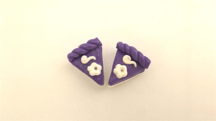 UN CIONDOLO - fetta di torta VIOLA con FIORELLINO- fimo  per orecchini - braccialetti - collane - charms