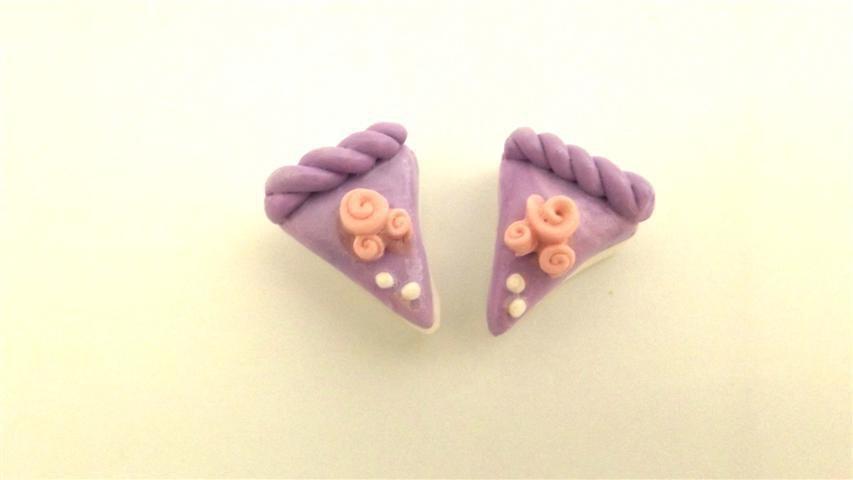 UN CIONDOLO - fetta di torta LILLA e BOCCIOLI di ROSA- fimo  per orecchini - braccialetti - collane - charms